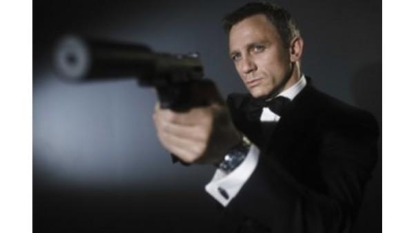 James Bond celuje z pistoletu z tłumikiem